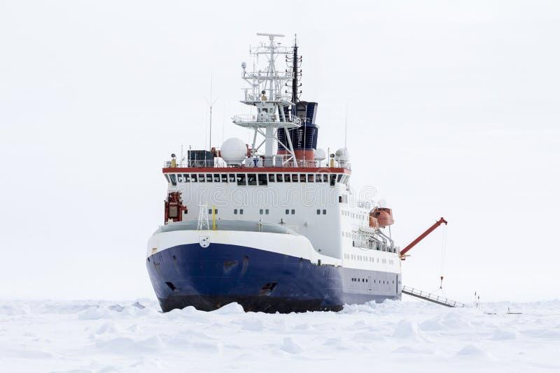 Badawczy icebreaker dokujący nad lodowym floe obrazy royalty free