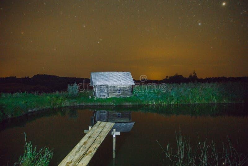 Badeanstalt an der Nacht, an den Sternen und an den Lichtern Wasser und Gras Reise p stockfotografie