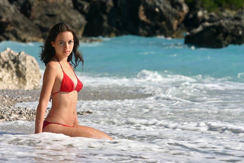 Badeanzugbaumuster im roten Bikini lizenzfreies stockfoto