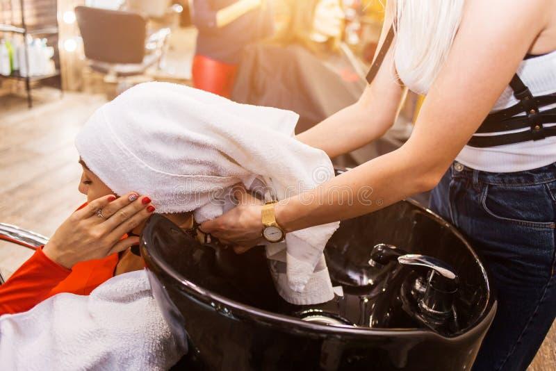 Badekuren, Kosmetiker, Friseur Schöner weiblicher Kunde auf dem Stuhl nach dem Waschen des Haares stockfotos