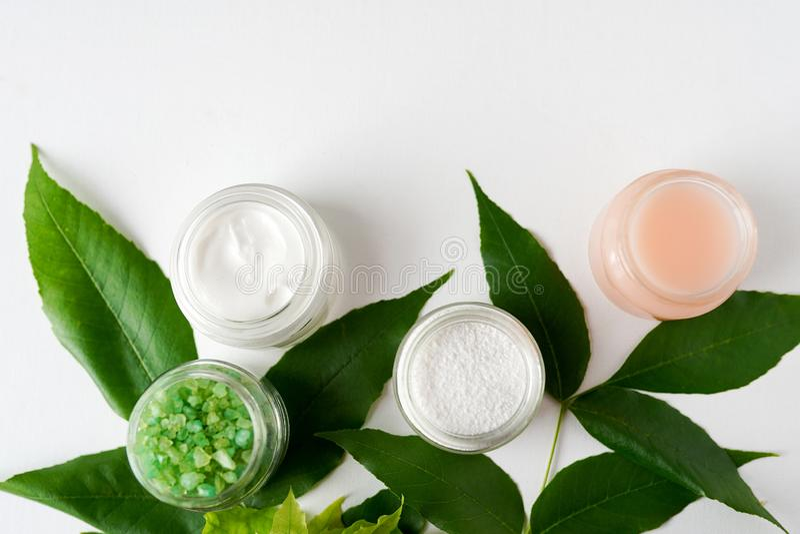Badekurkonzept, legen flach natürliche kosmetische Produktmaske, Gel, Salzansicht von oben genanntem, Raum für einen Text Wei?er  lizenzfreie stockbilder