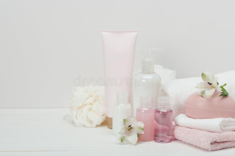 Badekurort-Ausrüstung Shampoo, Stück Seife und Flüssigkeit toilettenartikel stockbilder