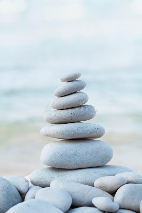 Badekurort, Balance, Meditation und Zenkonzept Stapel des weißen Kieselsteins gegen Meer stockfotografie