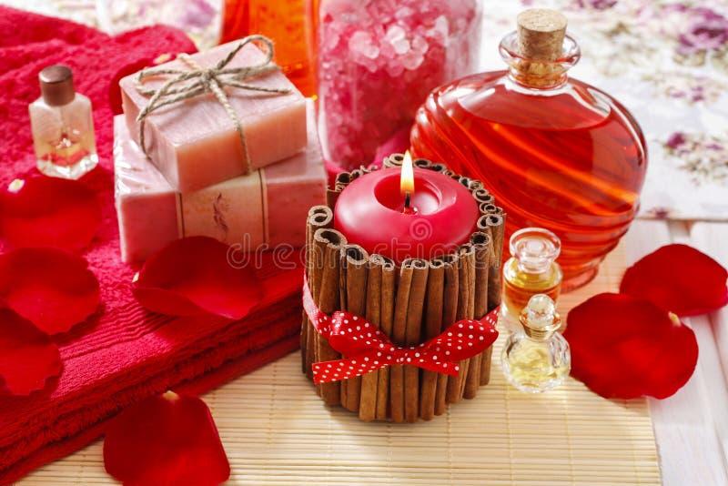 Badekurort eingestellt: duftende Kerze, Seesalz, Flüssigseife und rosafarbene Blumenblätter lizenzfreie stockfotografie