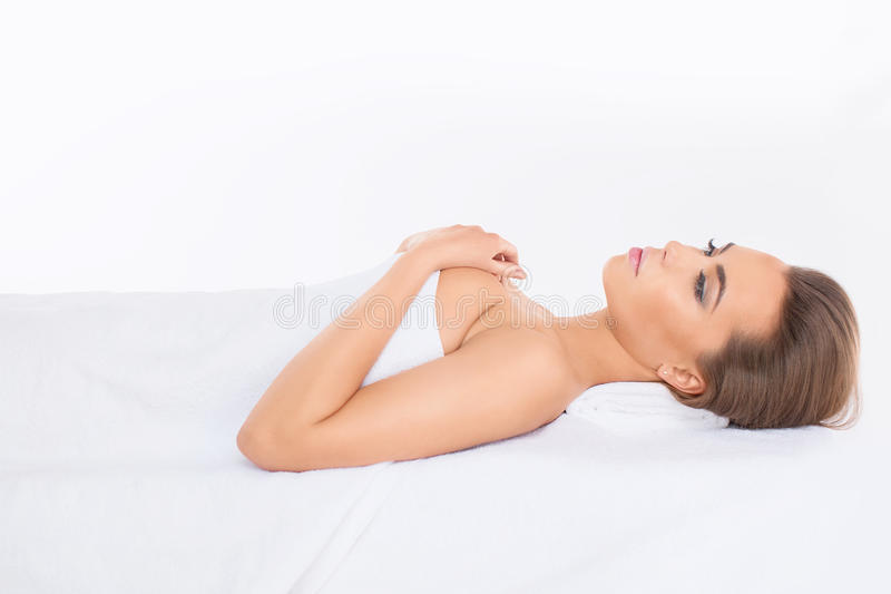 Badekurort Entspannte junge Frau stockfotos