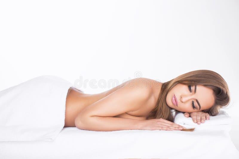Badekurort Entspannte junge Frau stockfotografie
