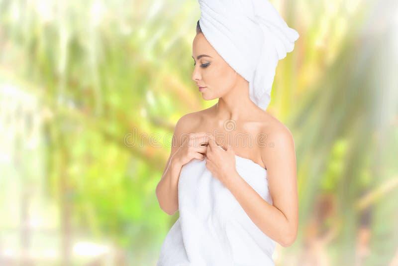 Badekurort Entspannte junge Frau stockfoto