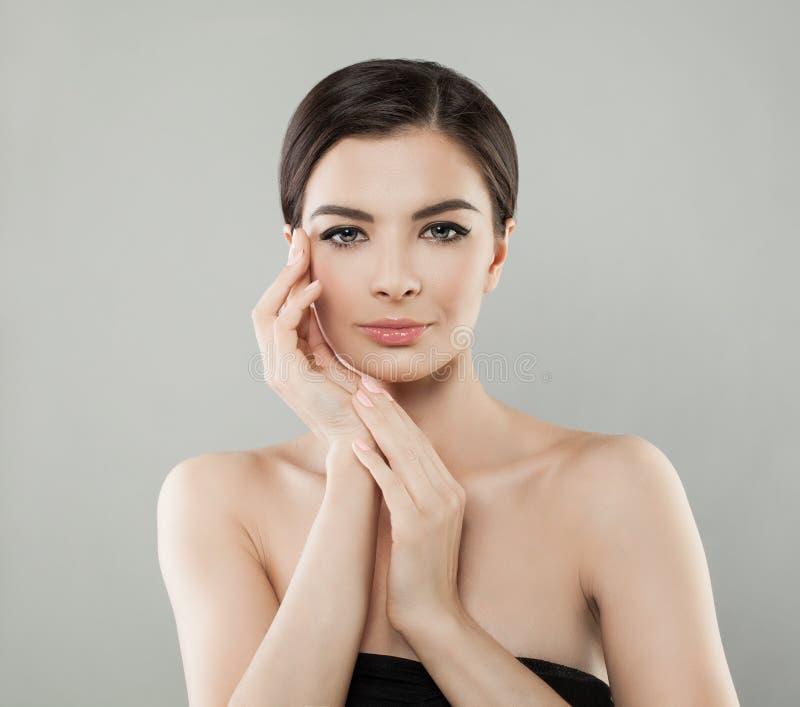 Badekurort-Frau-Gesicht Frau mit gesunder Haut und den manikürten Händen lizenzfreie stockbilder