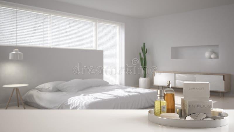 Badekurort, Hotelzimmerkonzept Weiße Tischplatte oder Regal mit dem Baden von Zusätzen, Toilettenartikel, über unscharfem minimal stock abbildung