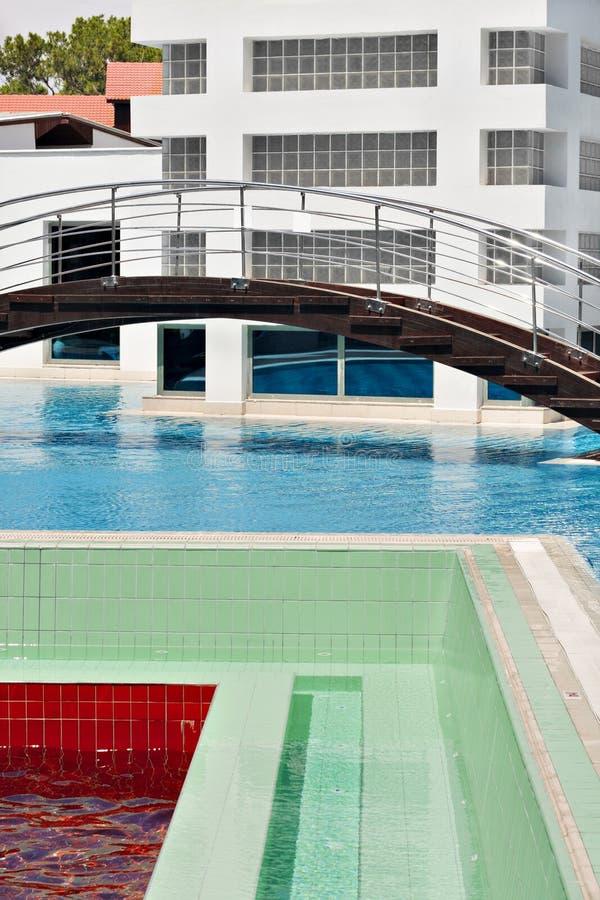 Badekurort mit Pool lizenzfreie stockbilder