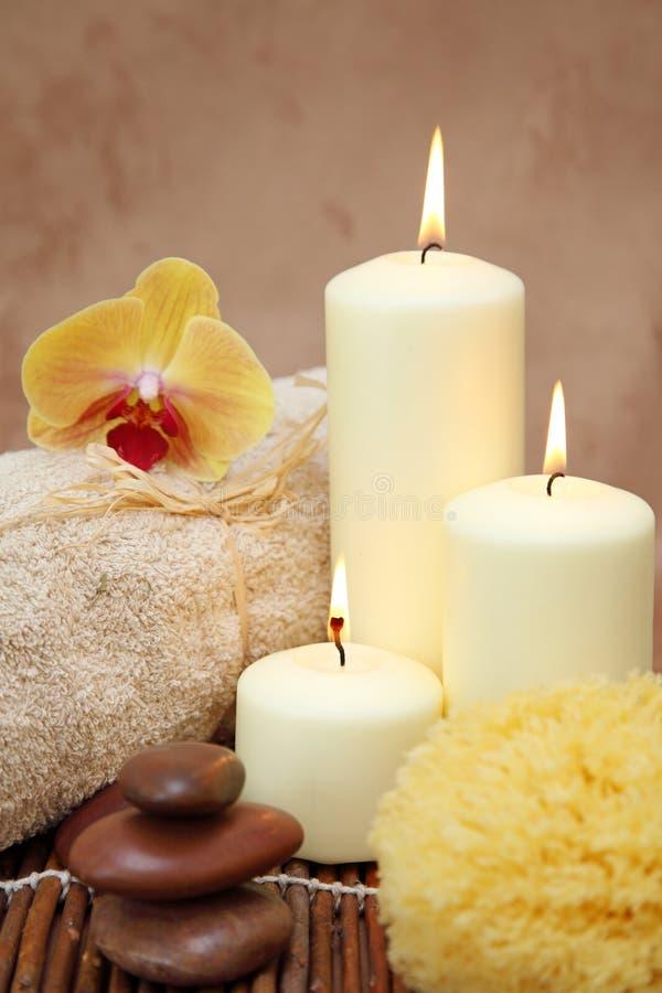 Badekurort mit weißen Kerzen lizenzfreies stockbild