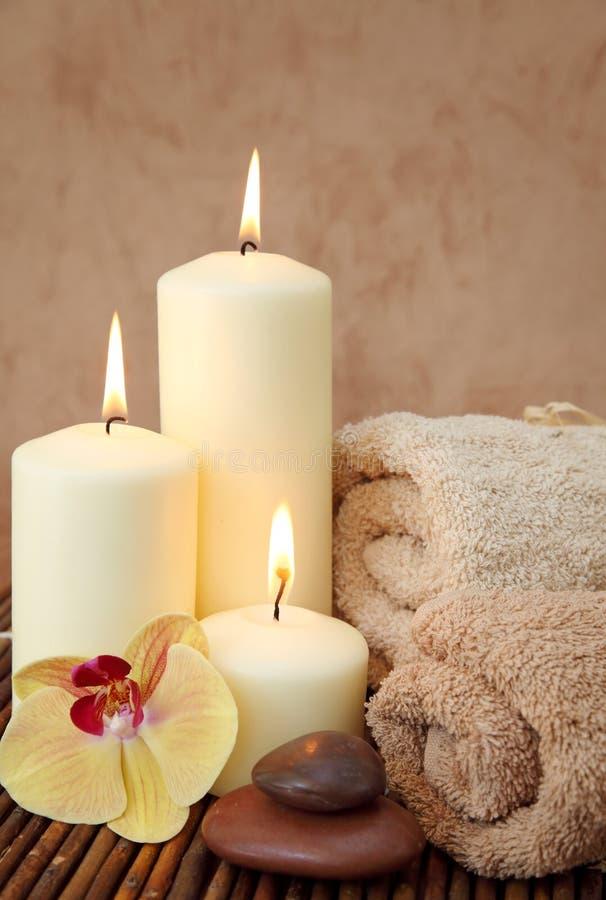 Badekurort mit weißen Kerzen stockbilder