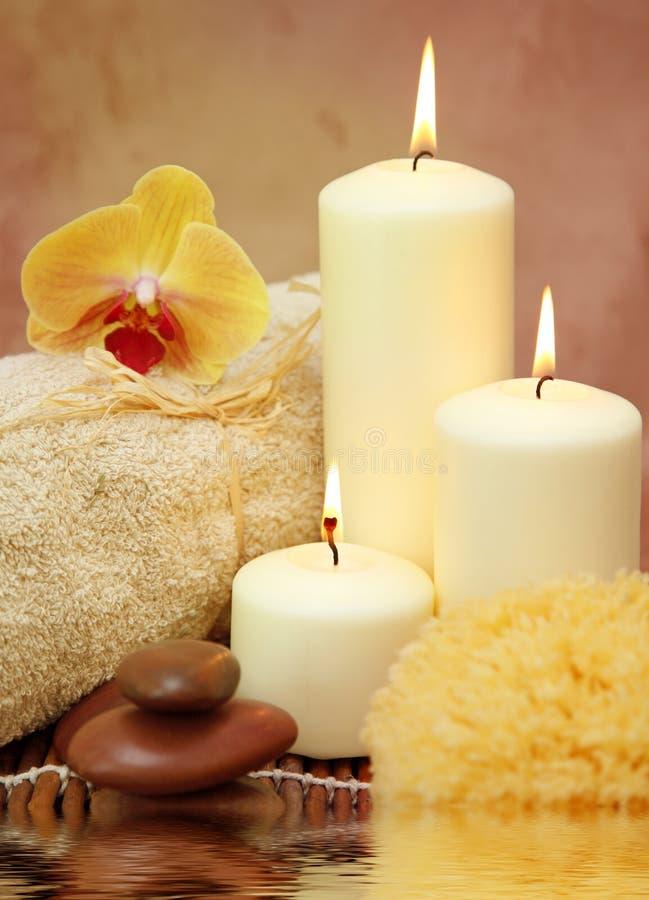 Badekurort mit weißen Kerzen stockfotos