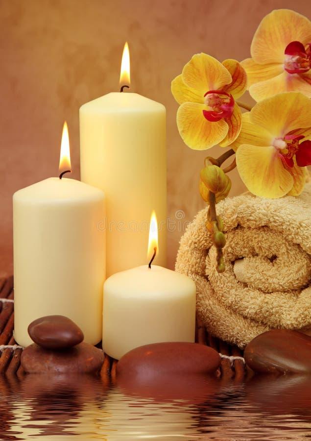Badekurort mit weißen Kerzen lizenzfreie stockbilder