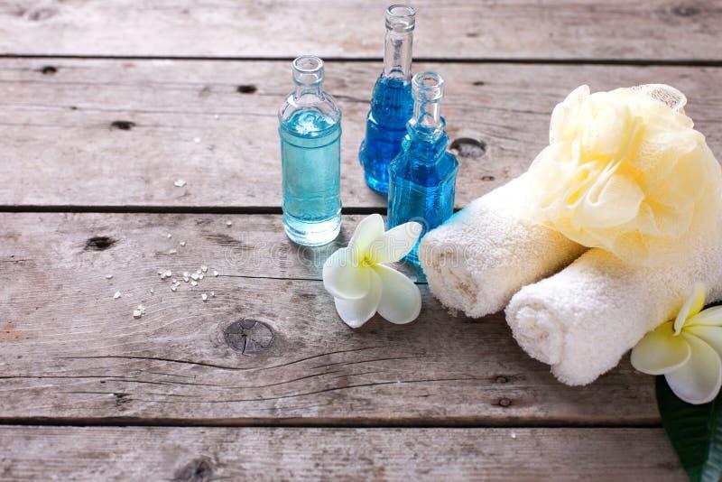 Badekurort oder Wellnesseinstellung in den blauen, gelben und weißen Farben lizenzfreie stockbilder