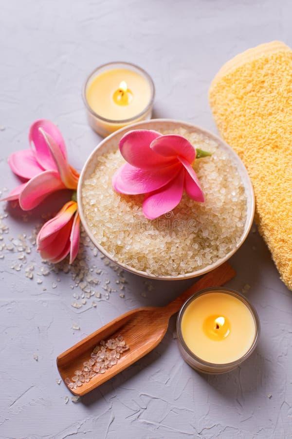 Badekurort oder Wellnesseinstellung in der gelben Farbe lizenzfreie stockfotos