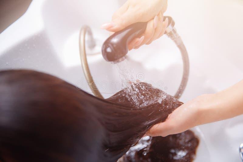 Badekurort-Salonhaar der Vorlagenfriseurfrau shampooing stockfoto