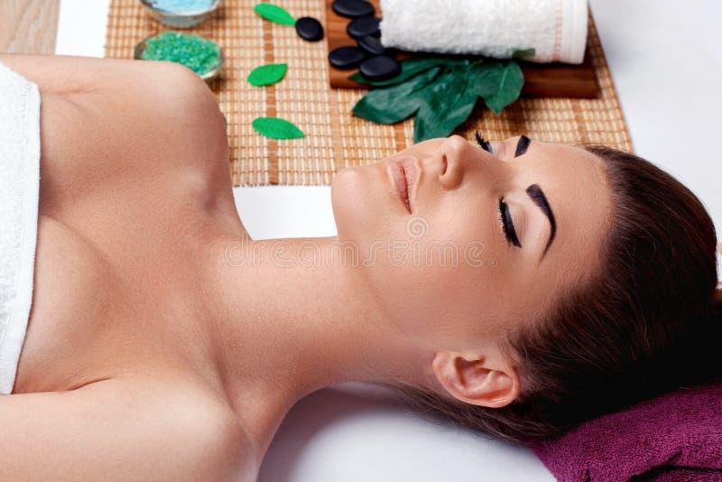 Badekurort Schönheit, die auf Gesichtsmassage im Badekurortsalon wartet Junge Frau mit sauberer frischer Haut lizenzfreies stockbild