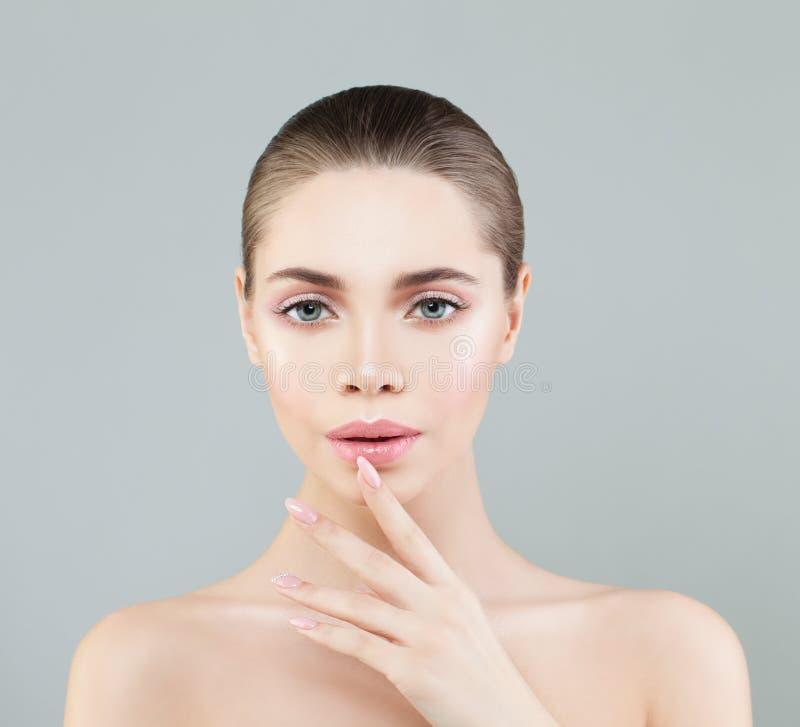 Badekurort-Schönheits-Porträt der gesunden Frau mit natürlichem Make-up stockfotografie
