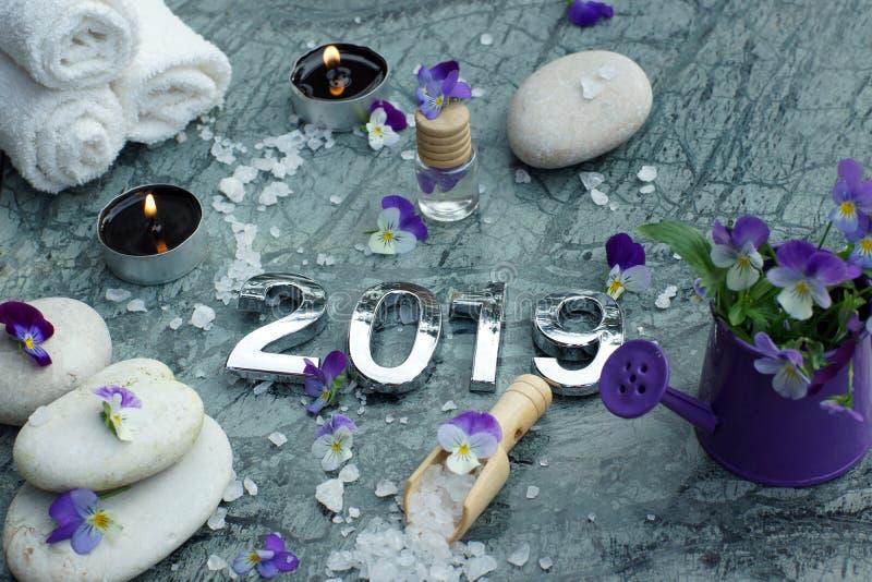 Badekurort stellte für 2019 von den Tüchern, Kerzen, Massageöle und weißes Badesalz im Schulterblatt, Dekoration von den Stiefmüt lizenzfreies stockbild