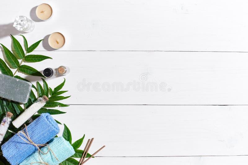 Badekurort stellte mit Tüchern und Seife auf Draufsicht des weißen hölzernen Hintergrundes ein stockfotos