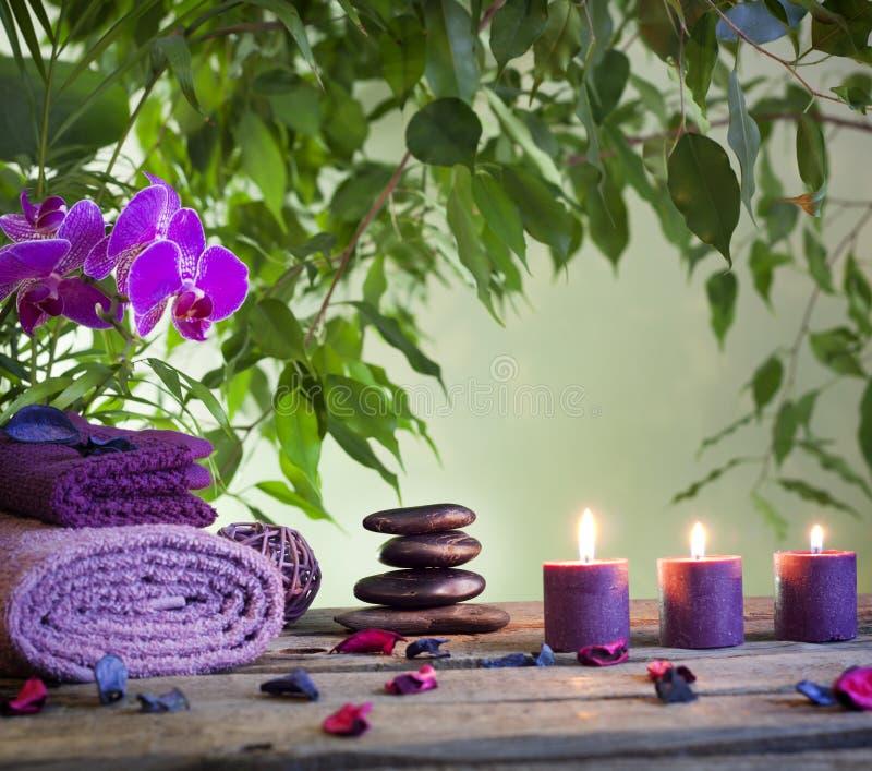 Badekurort-Stillleben mit Zensteinen und aromatischen Kerzen lizenzfreie stockbilder