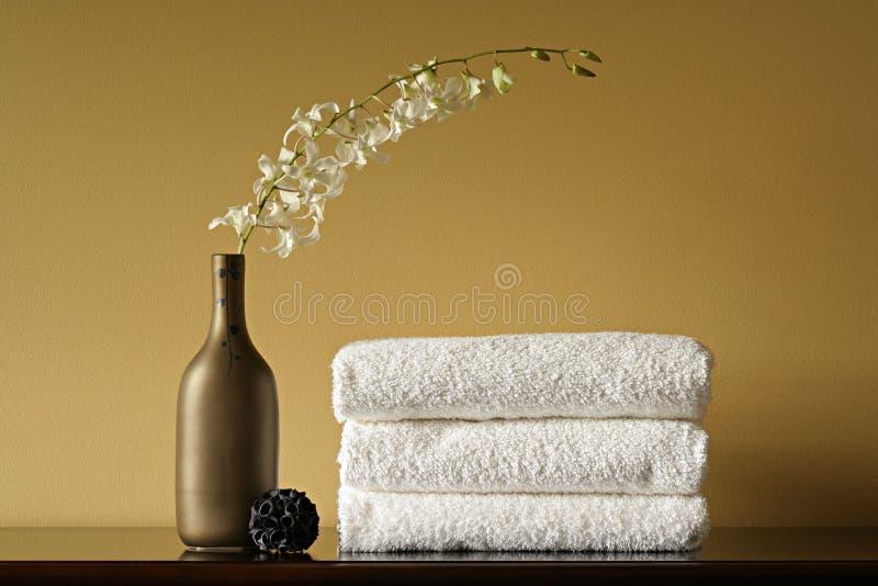 Badekurort-Tücher, Vase und Blumen lizenzfreie stockfotos