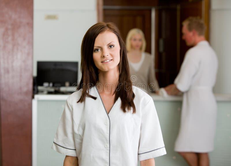 Badekurort-Therapeut in der Uniform stockfotos