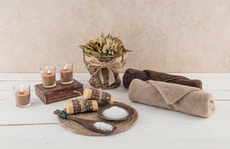 Badekurort-und Bad-Wesensmerkmale mit glühenden Kerzen stockfotos