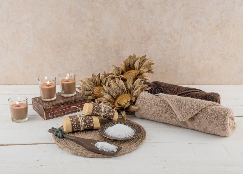 Badekurort-und Bad-Wesensmerkmale rustikales Candlelit stockbilder