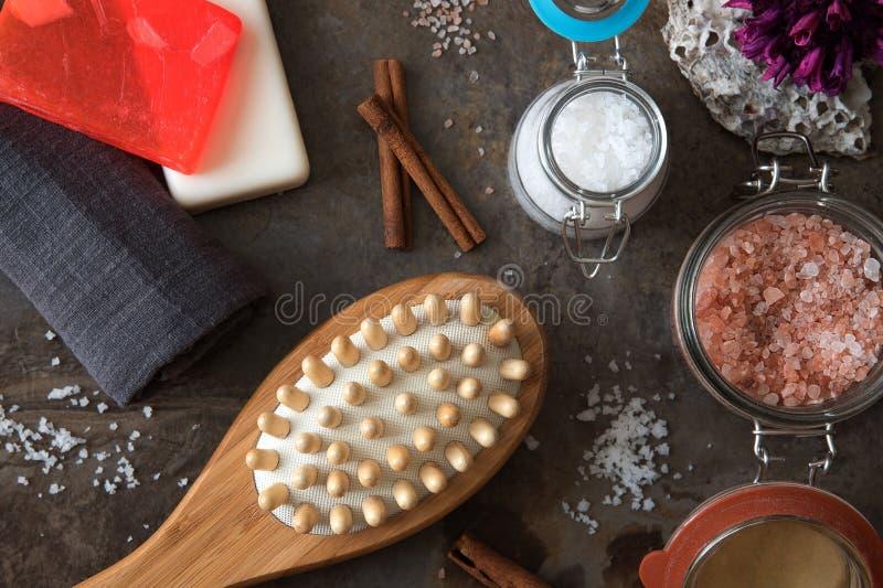 Badekurort und Wellness - Badebürste-, Tuch-, Seesalz und selbst gemachte Seife lizenzfreies stockfoto