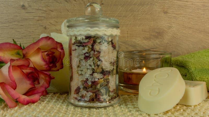 Badekurort und Wellness mit Badesalze, Kerzen stockfotografie