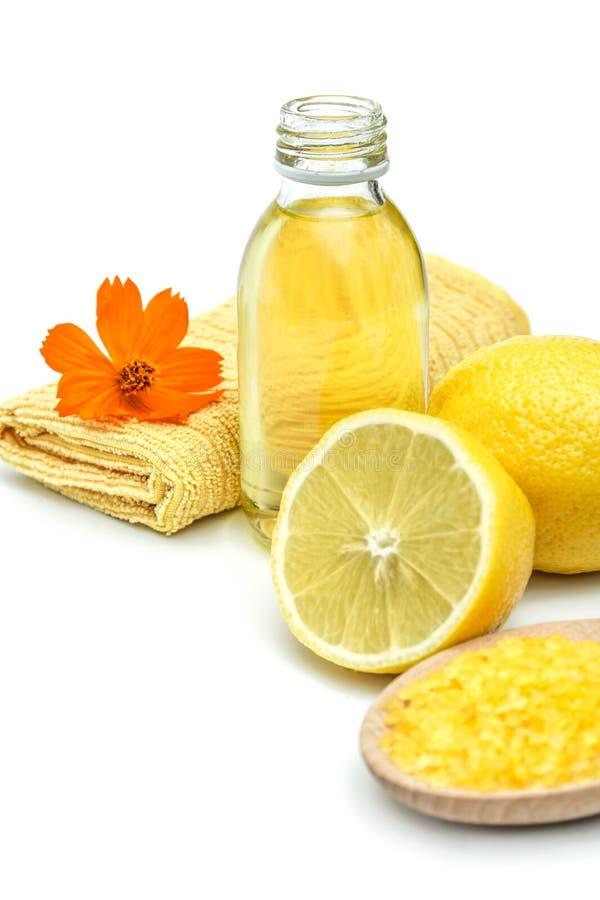 Badekurort und Wellnesseinstellung mit Seesalz, Ölwesentlichem und Zitrone stockfoto