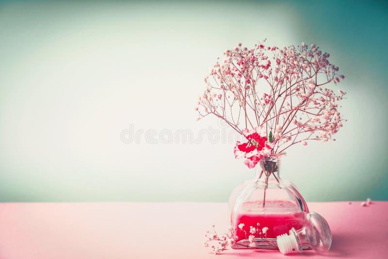 Badekurort, Wellness oder natürliches kosmetisches Stillleben mit Flasche Lotion und Blumen auf Pastellfarbhintergrund, Vorderans stockbild
