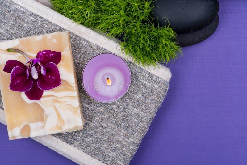 Badekurort Wellnesskonzept Natürliche hintere Wäscher-, Ziegenmilch Seife, Basalt-Steine, Orchidee, Dianthus-Blume und Lavendel-T stockbild
