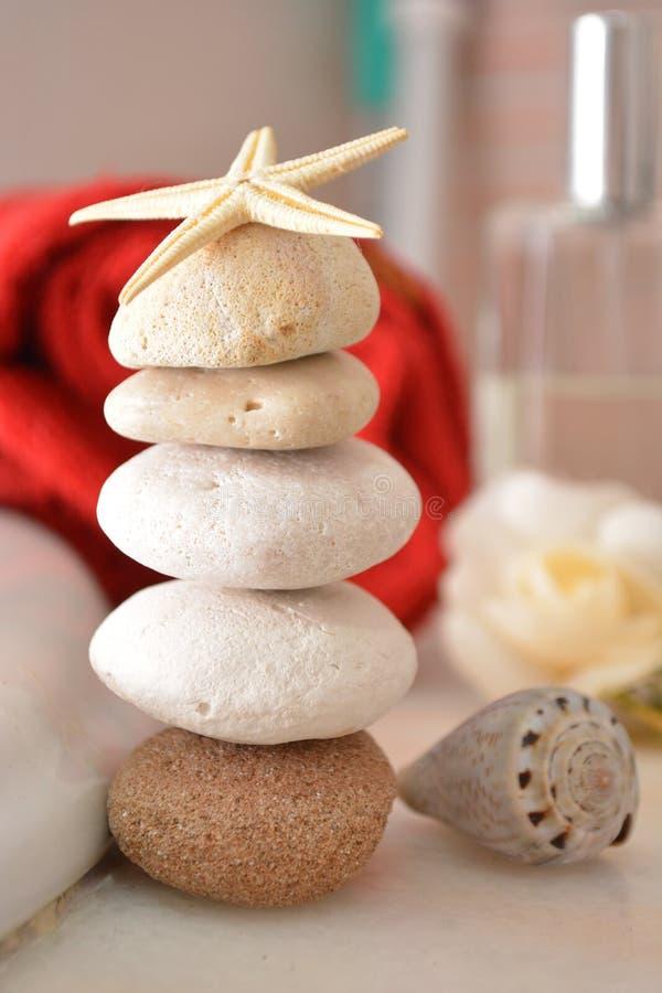 Badekurort wellnwss Schönheitssteine für Wellnessmassage in der Badekurort towell Badhygiene sich entspannen stockbild