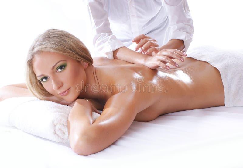 Badekurortbehandlung einer jungen blonden Frau stockfotos