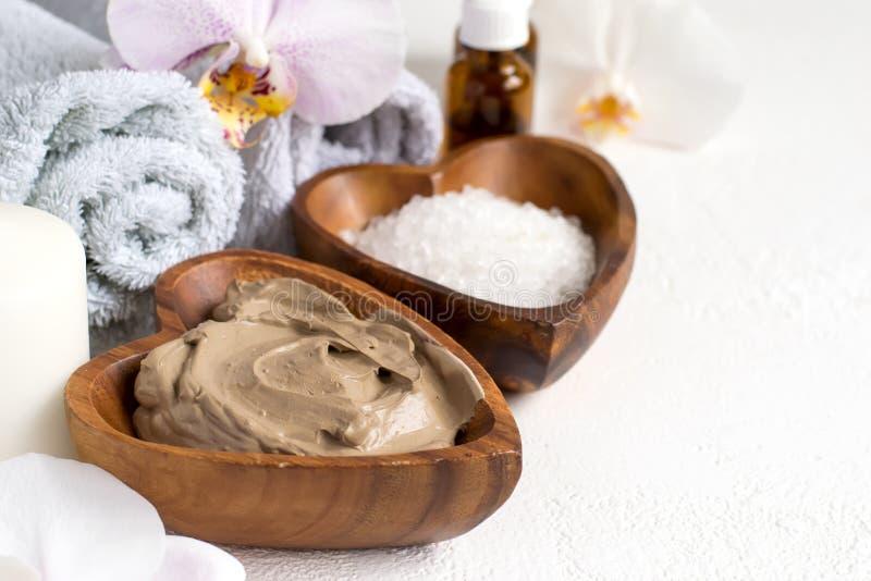 Badekurorteinstellung mit kosmetischer Lehmmaske für Körper und Gesicht, Tuch und stockfotografie