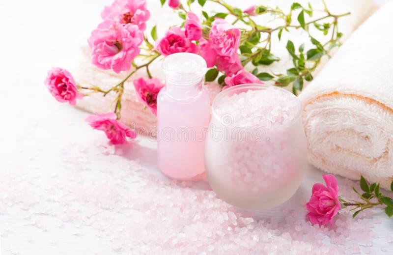 Badekurorteinstellung mit Niederlassung von kleinen rosa Rosen Selektiver Fokus stockfotografie