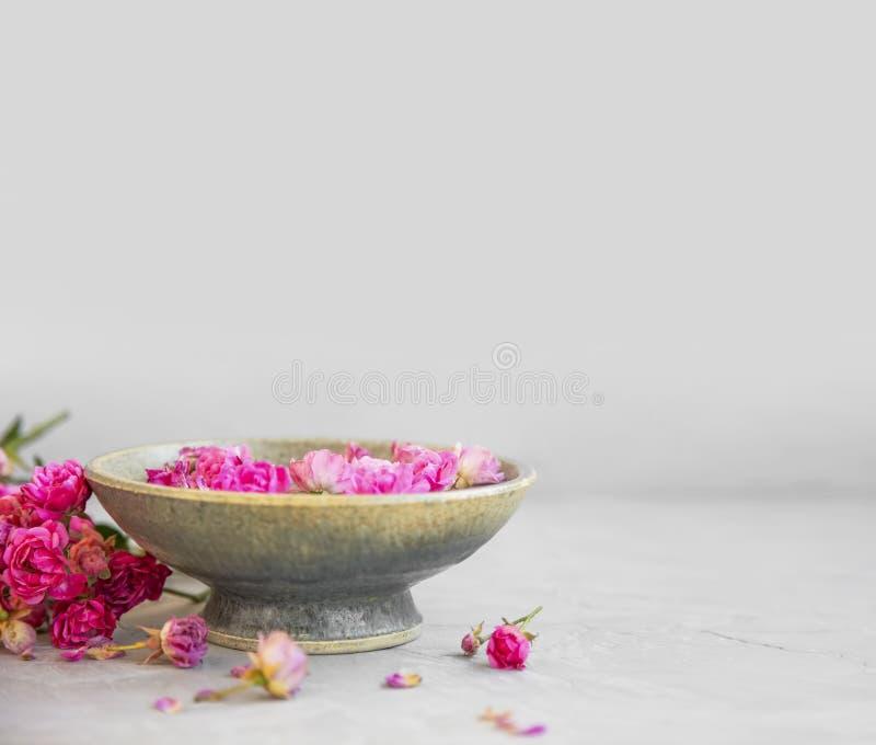 Badekurorteinstellung mit Rosen und Kopienraum Rosenwasserschüssel für Badekurort und Wellnessbehandlungen Rosen-Badekurortstilll stockbilder