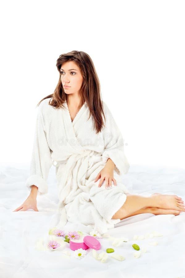 Badekurortfrau im Bademantel stockfoto