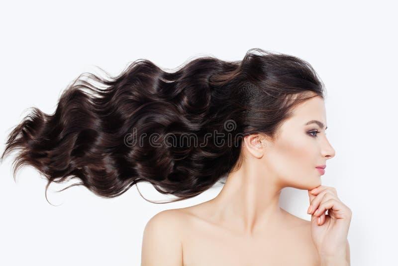 Badekurortfrau mit dem Schlag des gelockten Haares auf weißem Hintergrund Gesichtsbehandlungs-, Cosmetology-, Haarpflege- und Wel lizenzfreie stockfotos