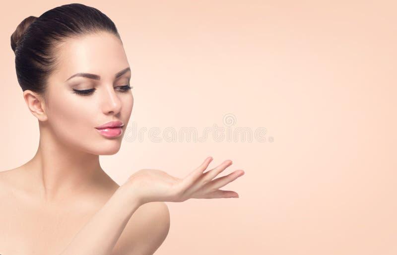 Badekurortfrau mit perfekter Haut stockfoto