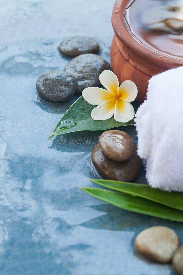 Badekurortgegenstände und -steine bereit zur Massagebehandlung lizenzfreie stockbilder