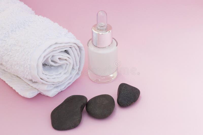 Badekurorthintergrund, Tuch, Gesichtscreme, Hautpflegekonzept lizenzfreie stockbilder