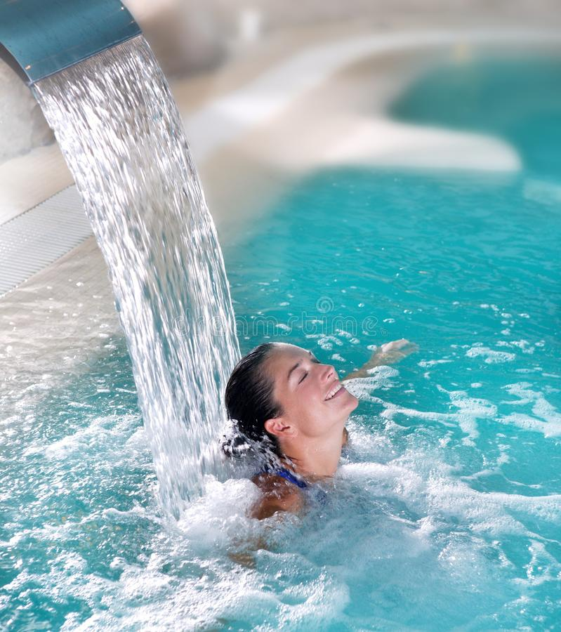 Badekurorthydrotherapiefrauen-Wasserfallstrahl stockfoto