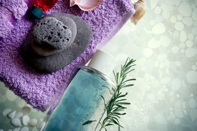 Badekurortkonzept auf Glashintergrund - Badekurort sones, Tuch und Handfeuchtigkeit stockfoto