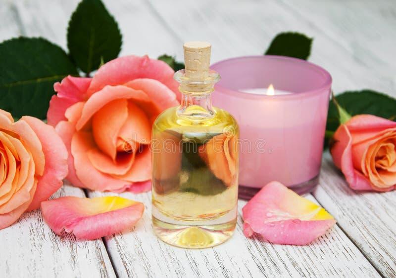 Badekurortkonzept mit rosa Rosen stockbilder