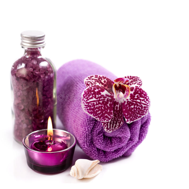 Badekurortkonzept (Orchidee, Seesalz, Kerze und Tuch) stockfotografie