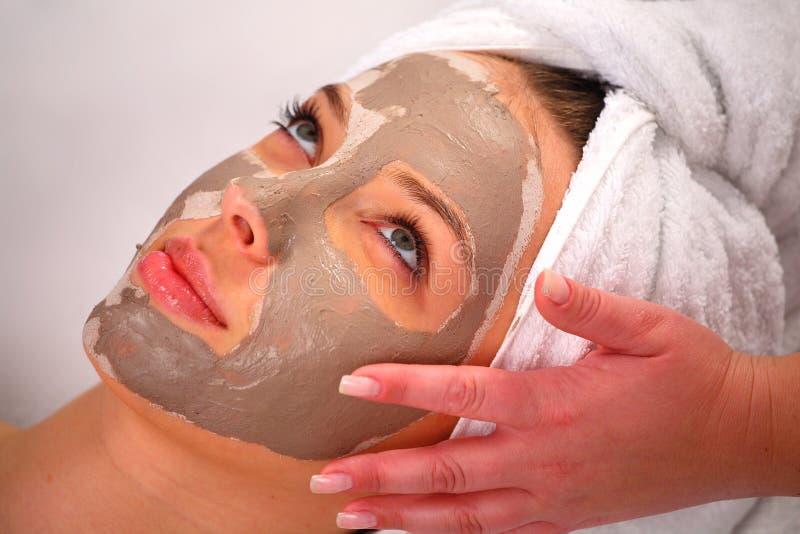 Badekurortlehmschablone auf dem Gesicht einer Frau stockbild